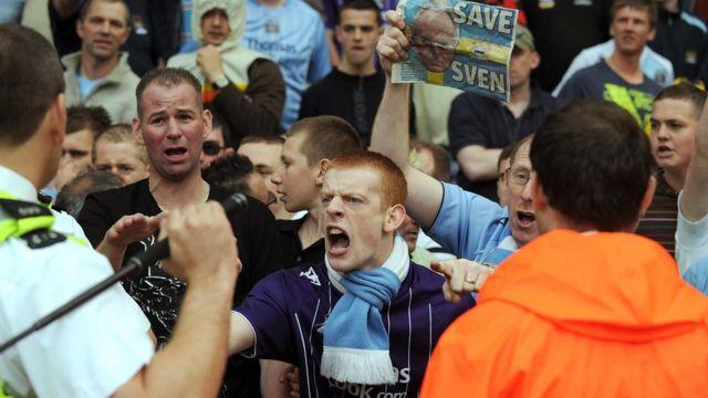 Aficionados del Manchester City protestan tras la derrota sufrida por su equipo contra Middlesbrough en mayo de 2008.