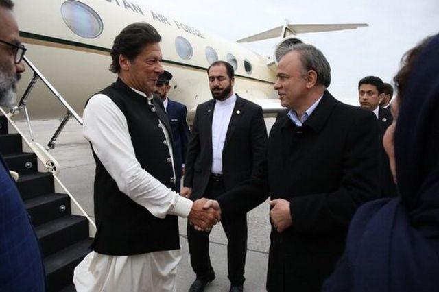 استقبال استاندار خراسان رضوی از نخست وزیر پاکستان در فرودگاه هاشمینژاد شهر مشهد