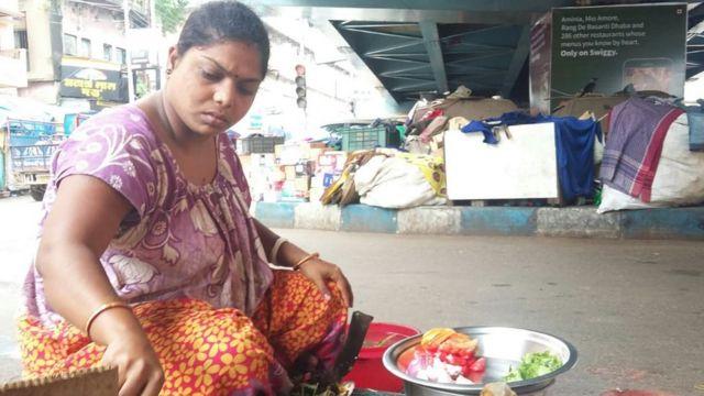ব্রিজের নিচেই রোজকার রান্নাবান্না পূর্ণিমা পোদ্দারের