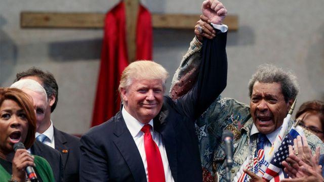 Donald Trump alza el brazo con Don King