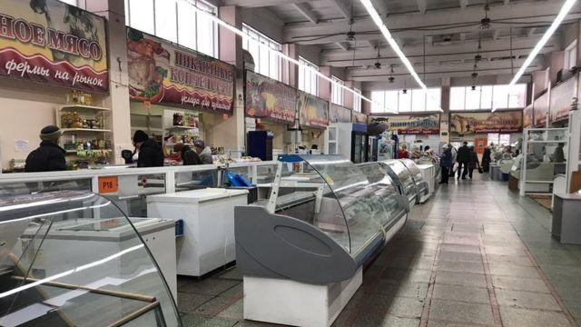 На местном рынке много свободных прилавков и павильонов