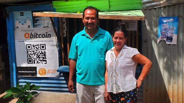 David y M. Carmen en su tienda