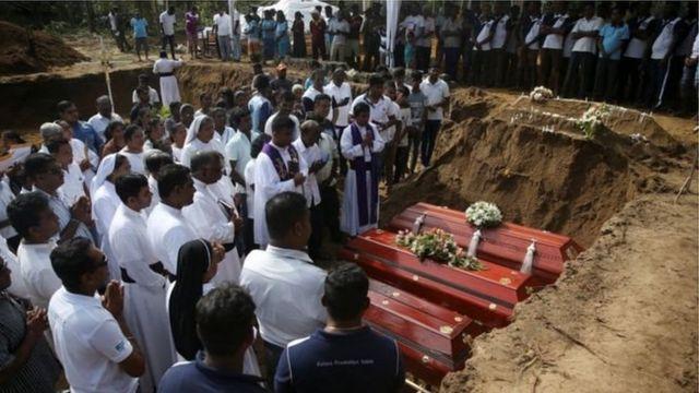 श्रीलंका में लोगों को दफ़नाना शुरू हो गया है
