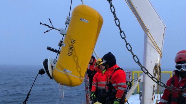 Científicos extraen del agua en el Ártico un anclaje con instrumentos que miden el flujo de calor desde el interior del océano a la superficie