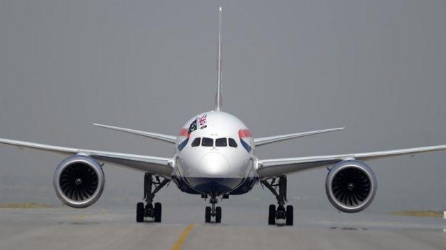 Un avión en una pista