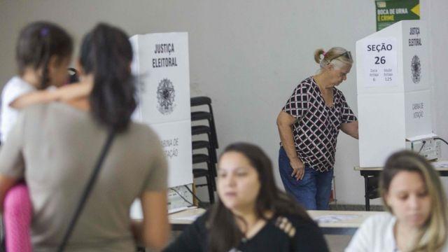 Eleitores em local de votação no Rio
