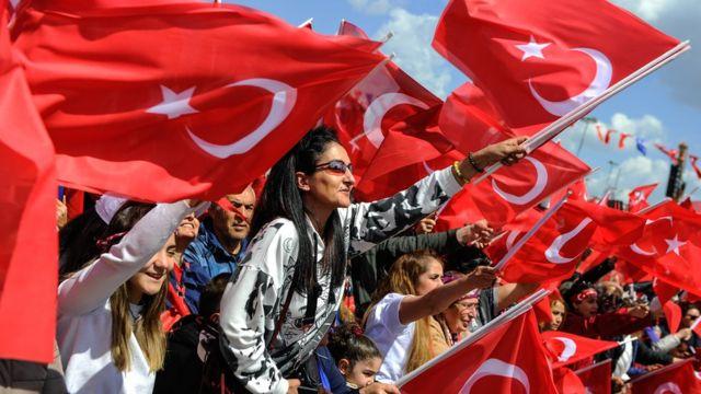 türk bayraklarıyla kalabalık