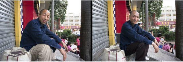 許永揚(右)與離鄉務工的工人換衣拍照。