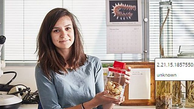 Maggie Georgieva sosteniendo un frasco con un especimen de El Hoff