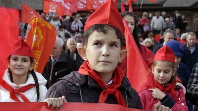 Krımın Sevastopol şəhərində Bolşeviklərin çevrilişini qeyd edən kommunistlər (7 noyabr 2016).