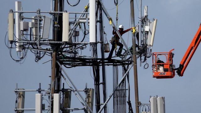 Un trabajador en una torre de red celular