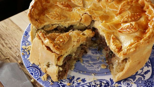 Пирог со свининой и яблоками