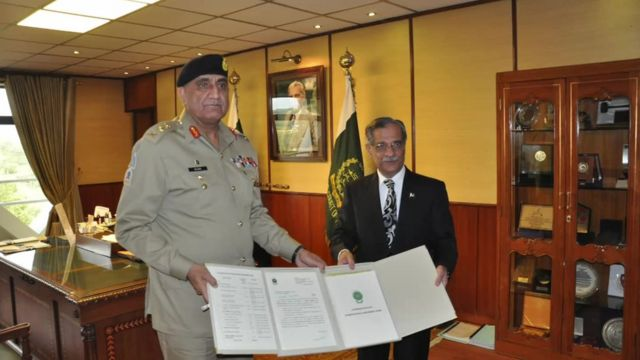 Pakistan's army chief (left) meets Chief Justice Nisar