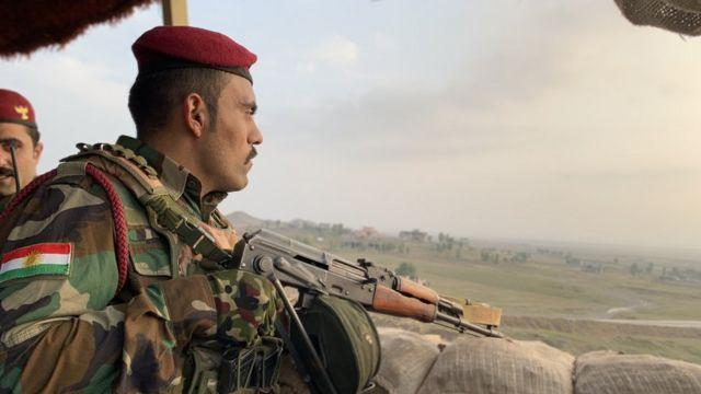 سرباز پیشمرگه در سنگری مشرف به ناحیه عاری از نظارت شمال عراق