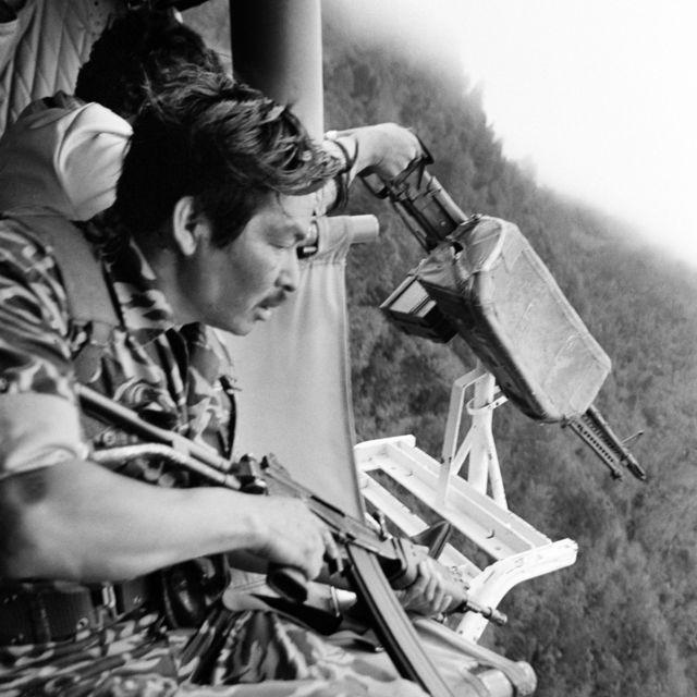 Soldados guatemaltecos se preparan para disparar contra los indios mayas desde un helicóptero Bell de fabricación estadounidense cerca de Santa Cruz del Quiché (1982)