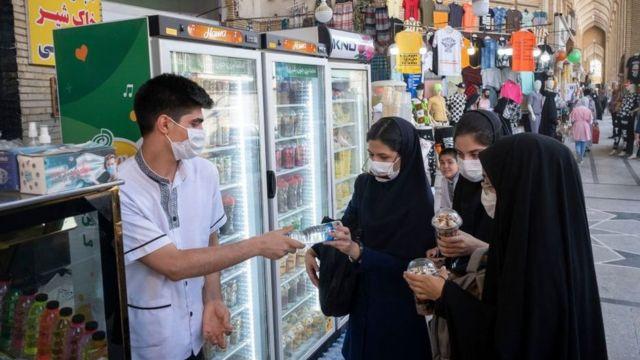 девушки покупают мороженое на улице тегерана
