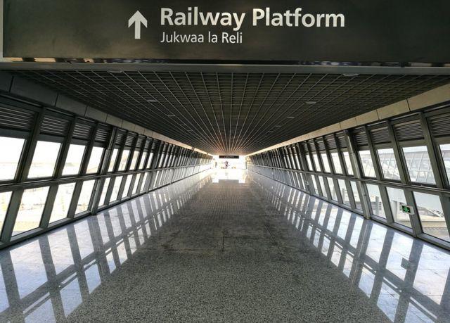 前往月台的通道