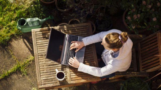 Trabajando en el jardín.