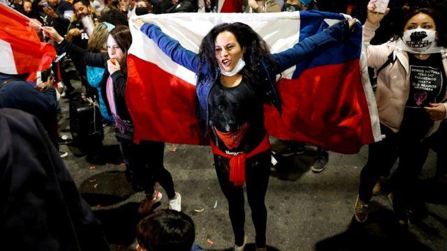Joven sujetando una bandera chilena