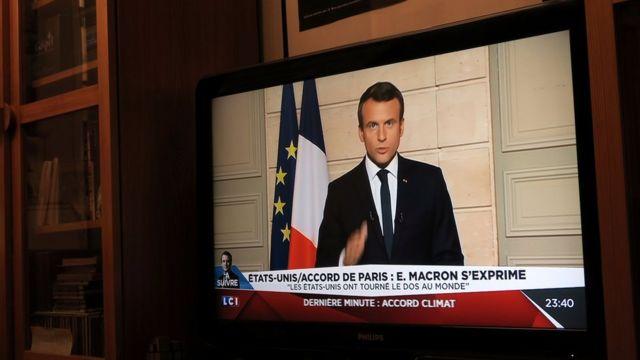 Emmanuel Macron en televisión criticando la decisión de Trump