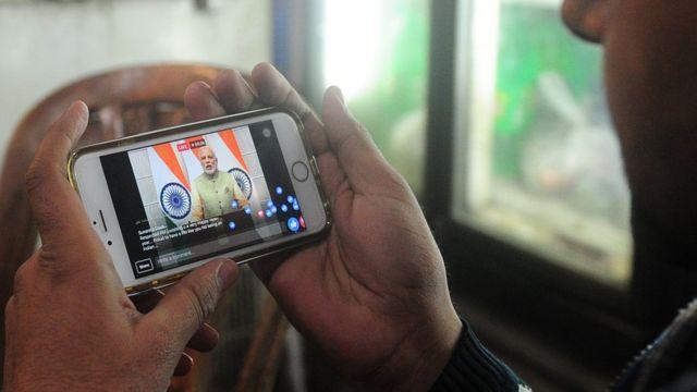 अधिकांश भारतीयों के लिए उनके पास इंटरनेट मोबाइल फ़ोन के ज़रिए पहुंचा.