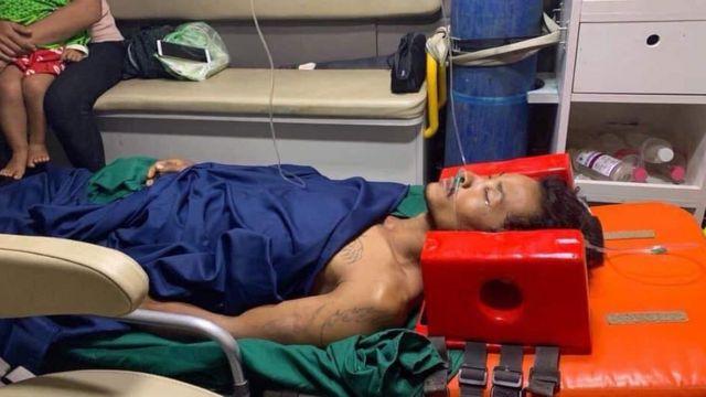 Bora recostado en una cama de hospital.