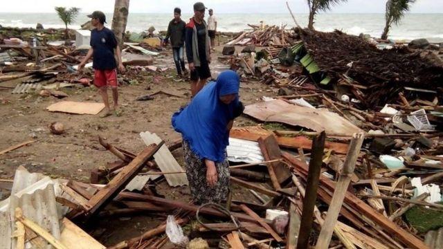쓰나미로 수백 채의 건물이 파손됐다