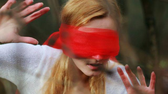 Mujer con ojos vendados