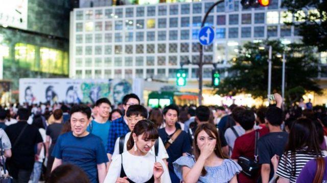 الناس في أحد شوارع اليابان