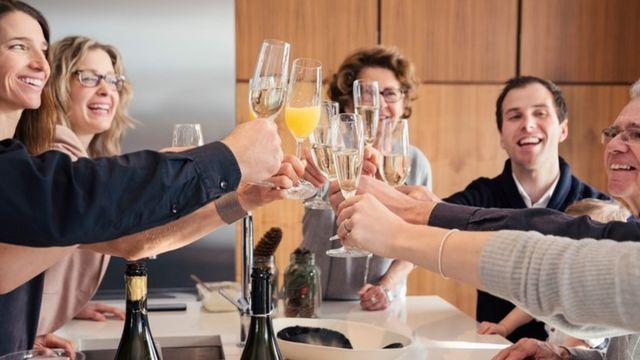 """Unas personas brindando con champagne en un """"brunch"""""""