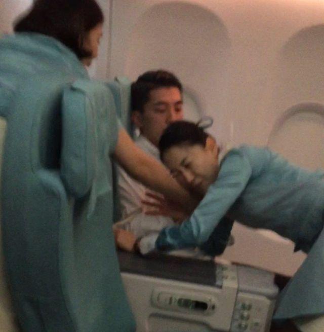 عضوة في طاقم الطائرة تحاول السيطرة على الراكب