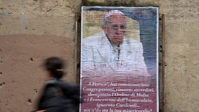 6 Şubat'ta çekilen bu fotoğrafta Papa Francesco aleyhine Roma sokaklarına asılan bir afiş görülüyor.