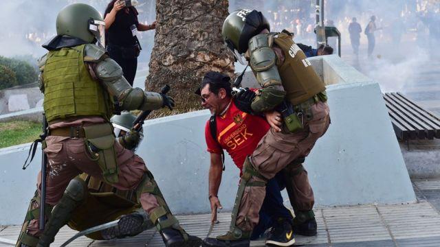 Choque entre manifestantes y policías en Viña del Mar