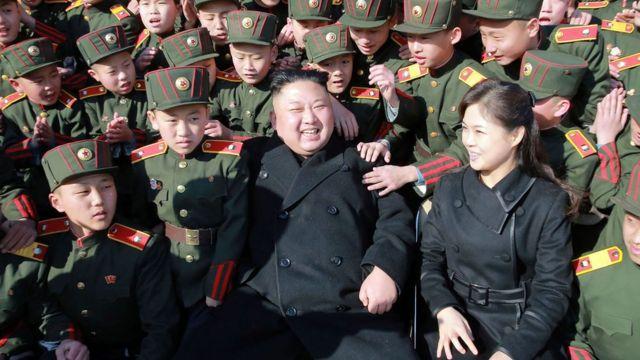 El líder norcoreano, Kim Jong Un, junto a su mujer y niños.