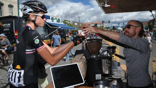 Un ciclista para a tomar café.