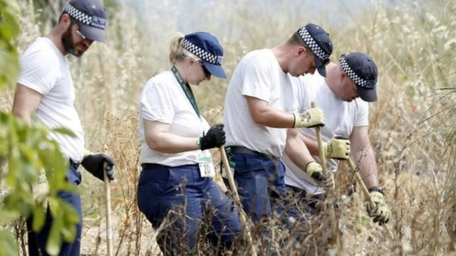 Policías británicos buscan pistas