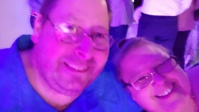 Brian e sua esposa em festa antes da pandemia