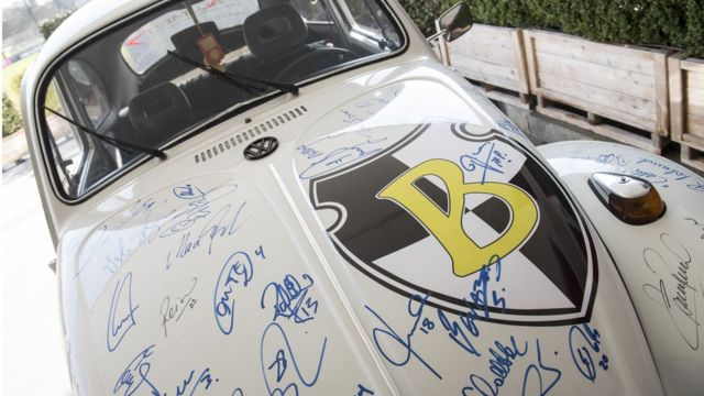 Auto VW Escarabajo con la firma de jugadores de fútbol del Bayern Munich.