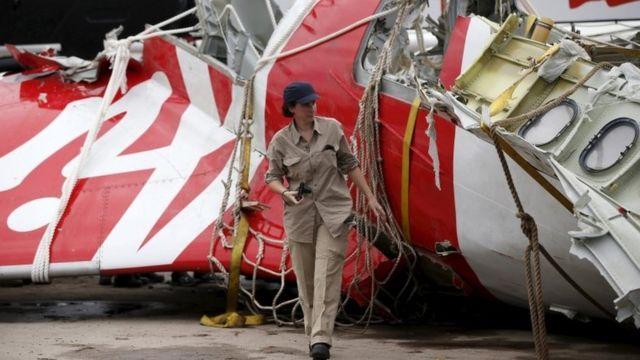 エアバスの調査員が墜落機の残骸を調べた