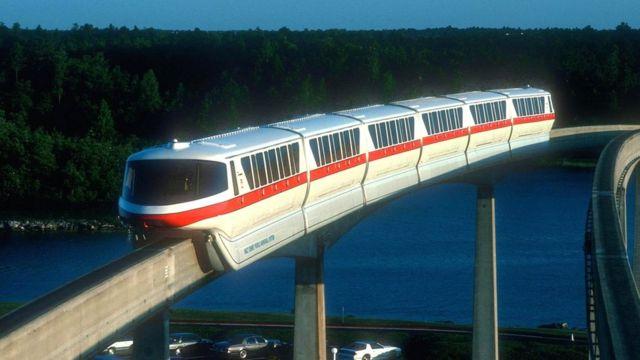 """В """"Диснейуорлде"""" штата Флорида (США) работает монорельсовая система протяженностью 24 километра с тремя линиями и 12 поездами"""