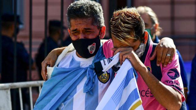 Miles de personas acudieron a Casa Rosada para despedirse de Maradona.
