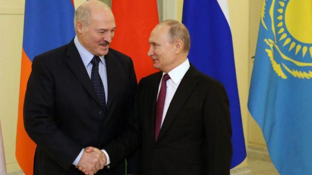 Alexandr Lukashenko y Vladímir Putin.