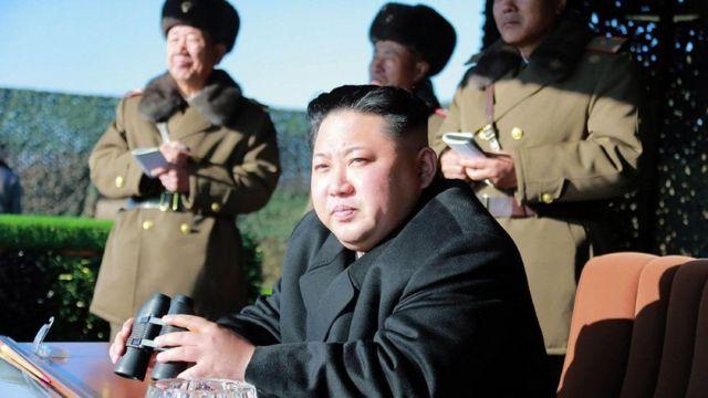 Kim Jong-Un (hagati) arongoye Korea ya ruguru