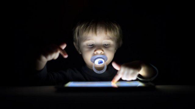 Selon les experts, un garçon de deux ans passe en moyenne près de trois heures par jour devant les écrans aujourd'hui
