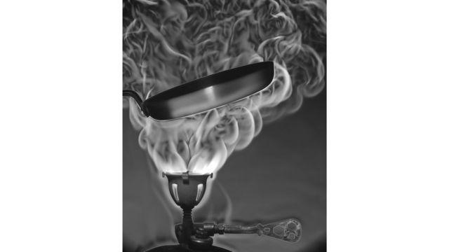 Una llama de una cocinilla de camping
