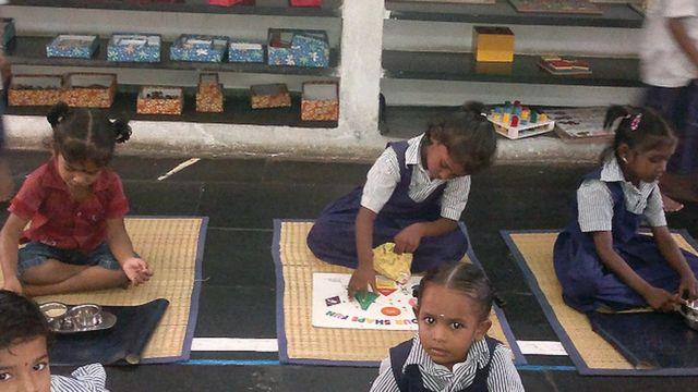 சென்னை மாநகராட்சிப் பள்ளி ஒன்றில் செயல்வழிக் கற்றல் முறையில் படிக்கும் சிறுமிகள்.