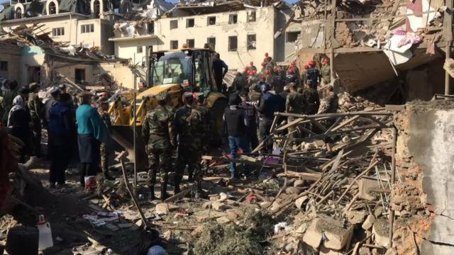 Гянджа: руины, спасатели и военные.
