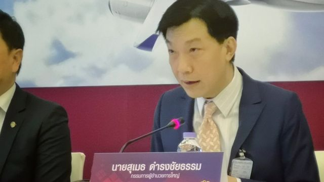 นายสุเมธ ดำรงชัยธรรม กรรมการผู้จัดการใหญ่ บริษัท การบินไทย จำกัด (มหาชน) แถลงข่าวชี้แจงต่อสื่อมวลชน