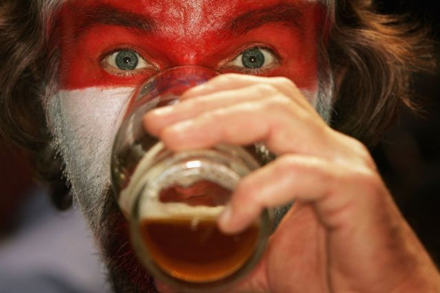 દારૂ પીતો પુરુષ.