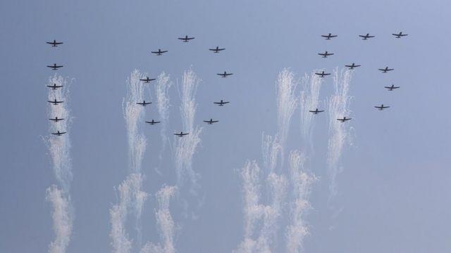 تشكيلة من الطائرات رسمت في الجو رقم 105 رمزا للذكرى السنوية لمولد مؤسس كوريا الشمالية.